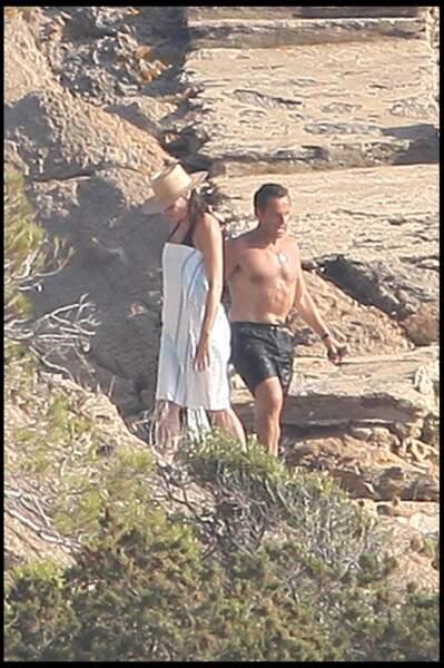 En août 2009, Nicolas Sarkozy et Carla Bruni s'accordent une petite baignade au Cap Nègre. Farniente et baignades au programme.
