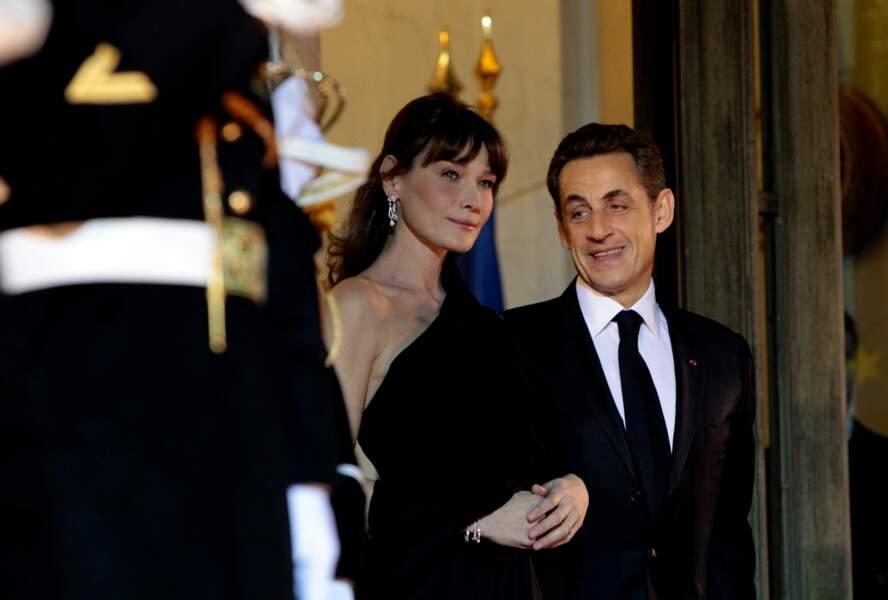 En mars 2011, Nicolas Sarkozy très fier sur le perron de l'Elysée au côté de sa femme Carla Bruni, splendide dans une robe noire one shoulder, accueille le président de la république d'Afrique du sud.