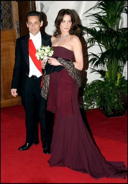 Dîner d'Etat donné en l'honneur de Carla Bruni et Nicolas Sarkozy au Guildall à Londres. Pour l'occasion, la Première dame hypnotise les photographes avec une robe bustier bordeaux. Nicolas Sarkozy est une nouvelle fois bluffé par l'aisance de sa femme.