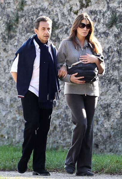 Nicolas Sarkozy et sa femme Carla Bruni profitent d'un moment de tranquillité à l'abris des regards au parc du château de Versailles.