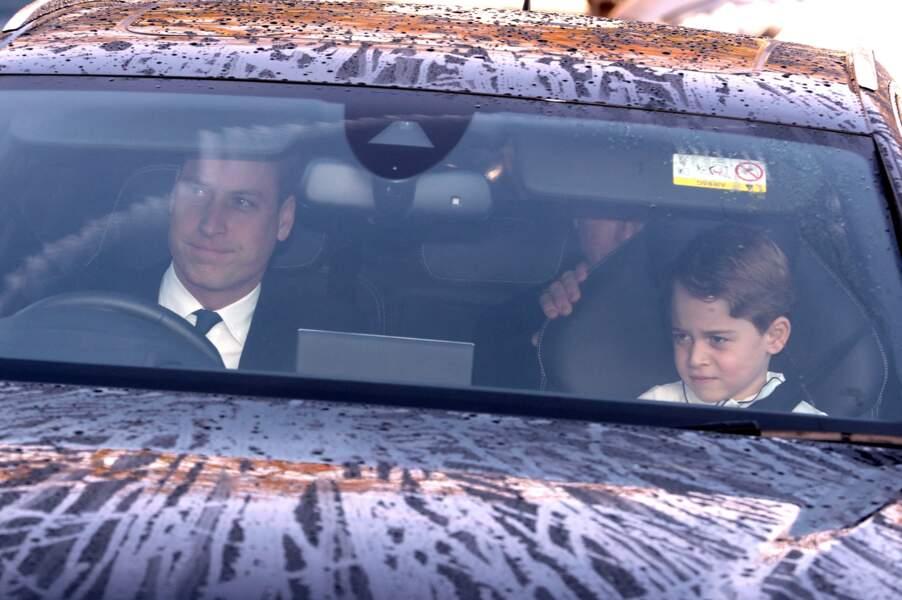 Le prince George et le prince William photographiés à l'entrée du palais de Buckingham, le 18 décembre 2019 à Londres