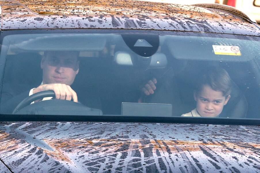 Le prince George et le prince William à l'avant de leur véhicule, le 18 décembre 2019 à Londres