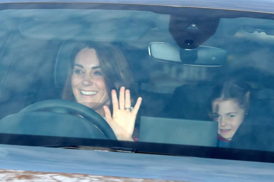 La princesse Charlotte s'est prêtée au jeu des photographes dès son arrivée au traditionnel déjeuner de la reine Elizabeth II organisé à Londres, le 18 décembre 2019