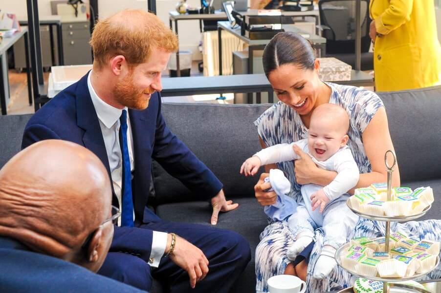 Apparition remarquée du petit Archie lors de la rencontre du couple de Sussex avec Demond Tutu le 25 septembre. C'est donc loin du Royaume-Uni que les inconditionnels de la couronne ont pu découvrir le joli minois du bébé qui avait déjà bien grandi.