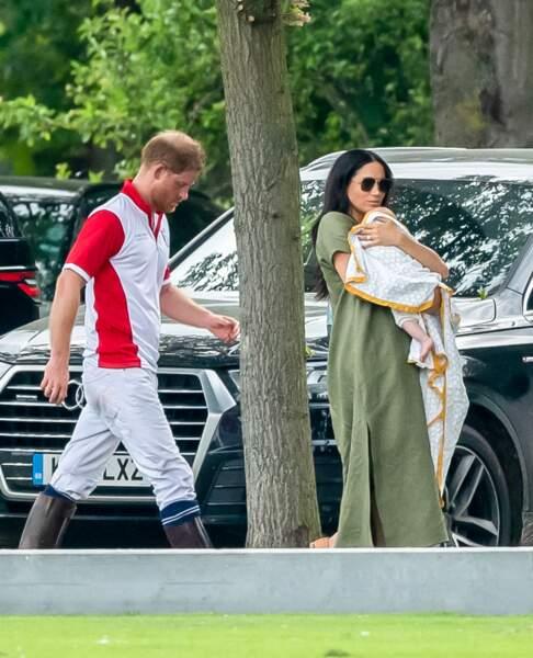 À l'occasion d'une sortie lors d'un match de polo, les Cambridge et les Sussex étaient accompagnés de leurs enfants. Meghan Markle, qui tenait dans ses bras son petit Archie, a une fois de plus, fait les frais de nombreuses critiques.