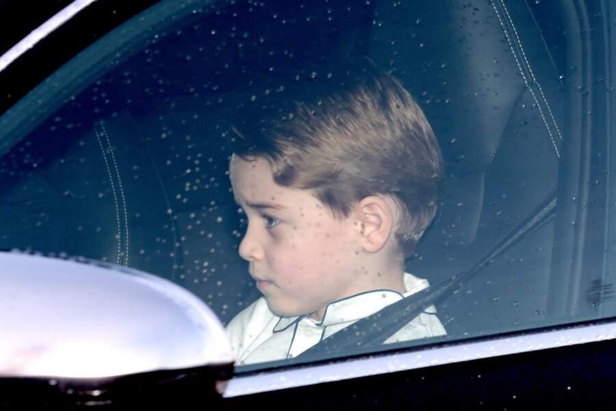 Le prince George arrive en voiture au déjeuner de Noël au palais de Buckingham, le 18 décembre 2019 à Londres