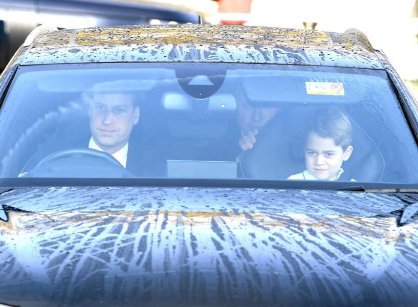 Le prince George et le prince William arrivent au palais de Buckingham en voiture, le 18 décembre 2019 à Londres