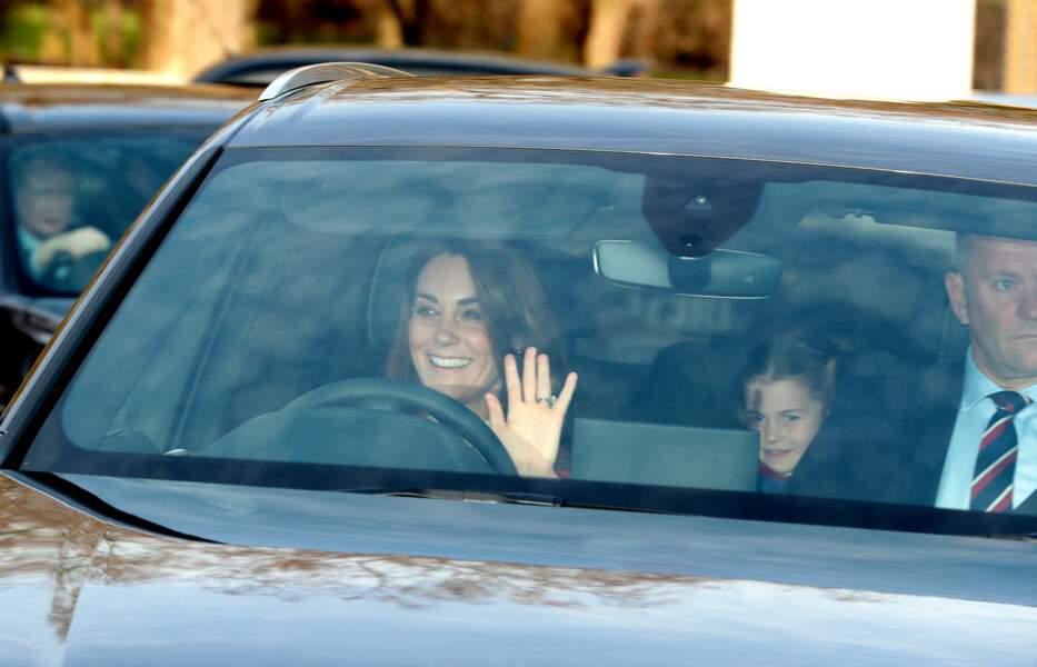A bord d'un autre véhicule, Kate Middleton et la princesse Charlotte arrivent au traditionnel déjeuner de la reine Elizabeth II à Londres, le 18 décembre 2019