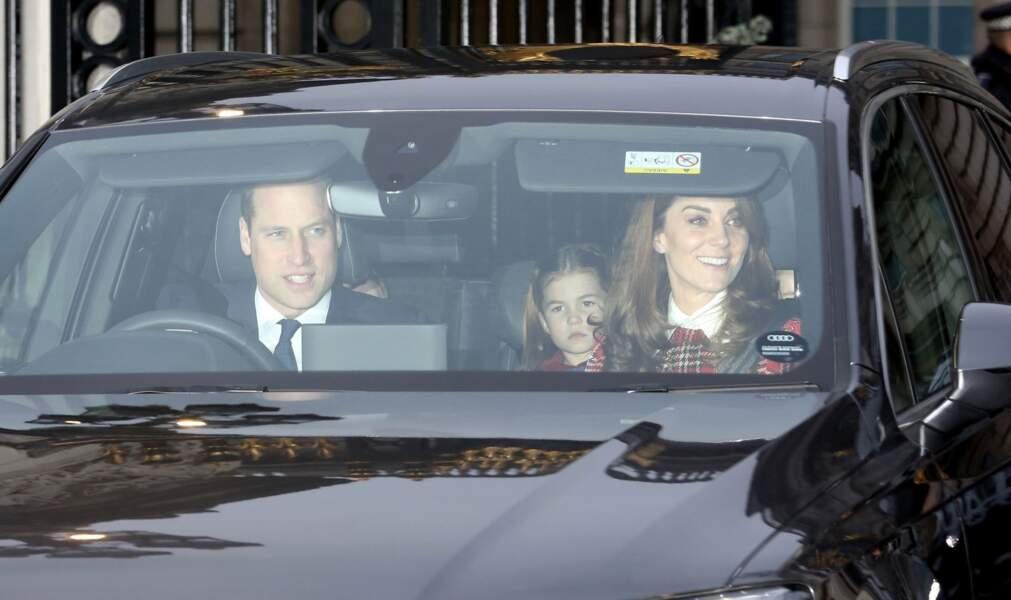 Kate Middleton et William quittant Buckingham avec leurs enfants le 18 décembre 2019 : quoi de mieux que le déjeuner de Noël de la reine pour préparer la première messe de Noël du prince George et de sa soeur Charlotte, avec le reste de la famille royale, à Sandringham, ce 25 décembre?