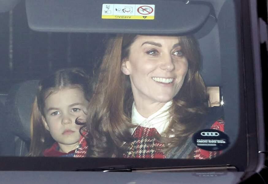 La princesse Charlotte, très sage à sa sortie de Buckingham : la cadette des Cambridge semblait tout faire pour mériter le cadeau de Noël de ses rêves... un poney !