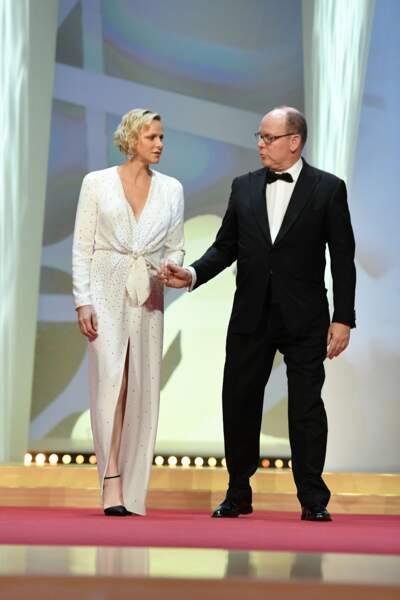La princesse Charlène emmenée par son prince lors de la soirée de clôture du 59e Festival de Télévision de Monte Carlo, à Monaco, le 18 juin 2019.