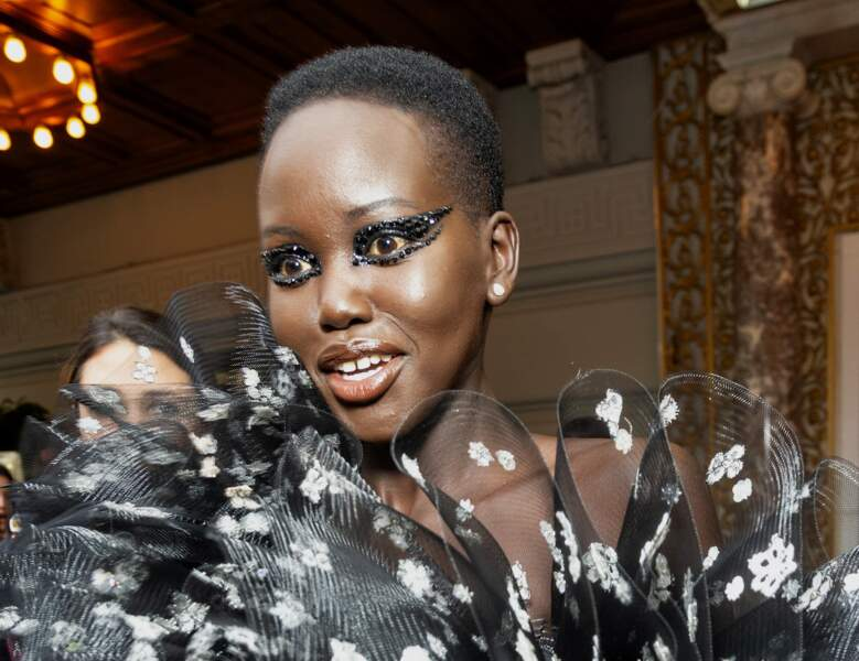 La mannequin Adut Akech et son regard de strass noirs