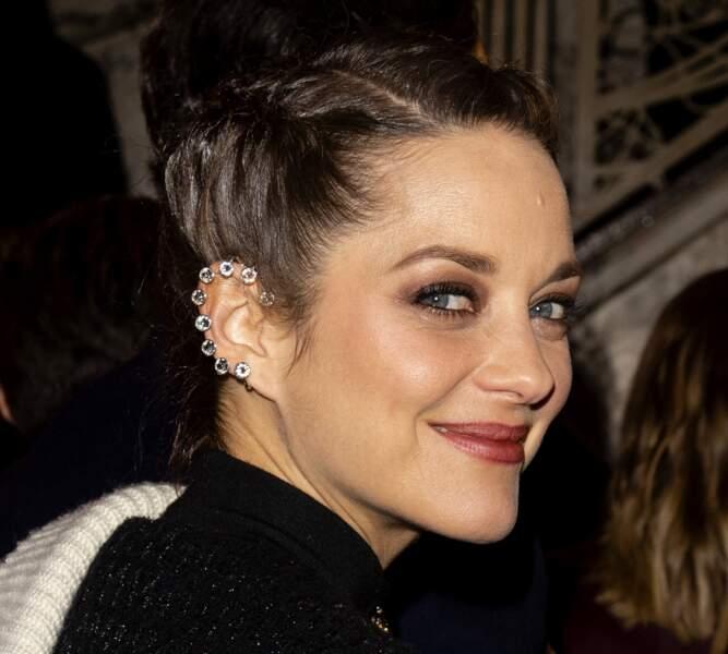 Marion Cotillard : maquillage fumé et oreille strassée