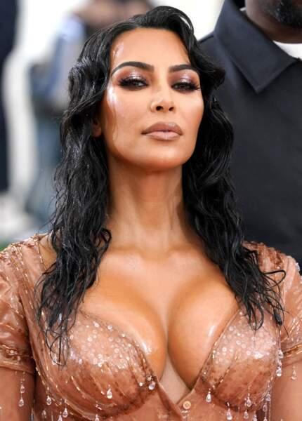 Style sirène pour Kim Kardashian huilée des cheveux au décolleté