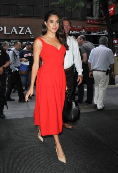 En 2016, Meghan Markle semblait déjà s'inspirer des grands noms de la mode en portant cette petite robe rouge en juillet 2016.