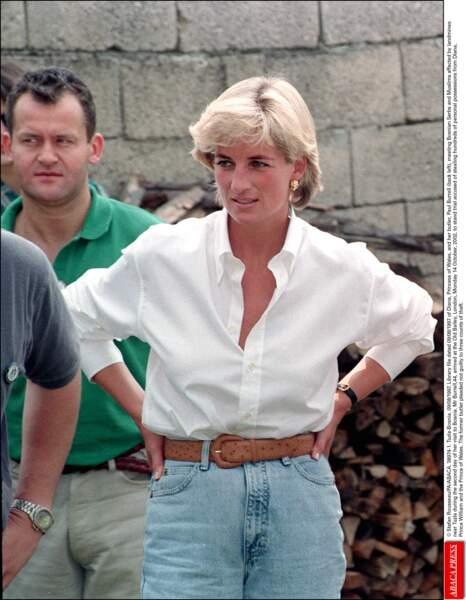 La Princesse Diana en 1997 lors d'un meeting important entre divers pays, n'hésitait pas à mettre des jeans lors d'évènements importants.