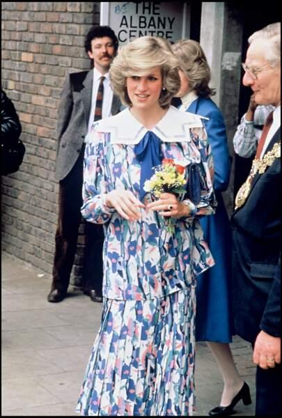 Lady Di a porté de nombreuses fois ce genre de robe à l'imprimé très particulier, notamment, lors d'un voyage aux Emirats Arabe en 1986.