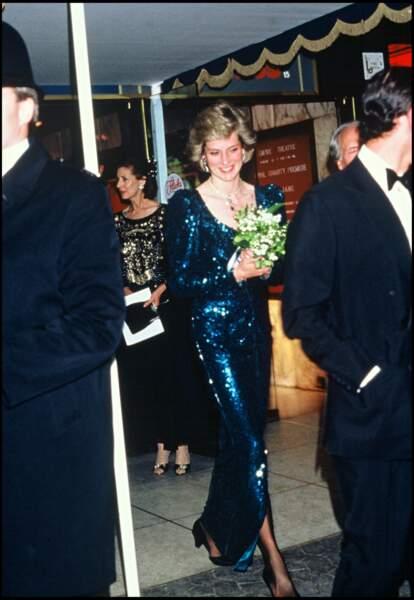 La princesse Diana se rendait à la première d'un film dans sa jolie robe pailletée.