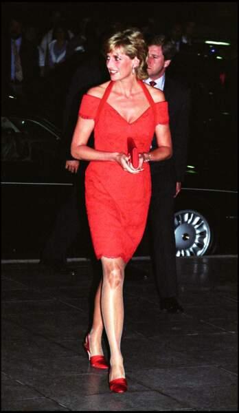 Toujours en 1997, Lady Di portait une petite robe rouge lors d'une conférence de la Royal Geographycal Society.