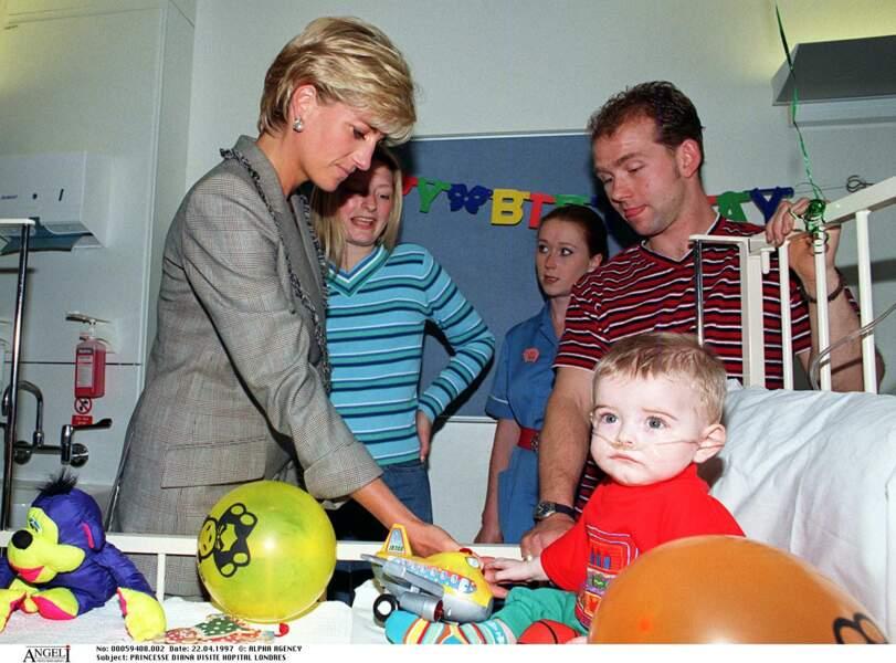 La princesse Diana portait une veste étrangement ressemblante alors qu'elle rendait visite à l'hôpital Sainte-marie de Londres.