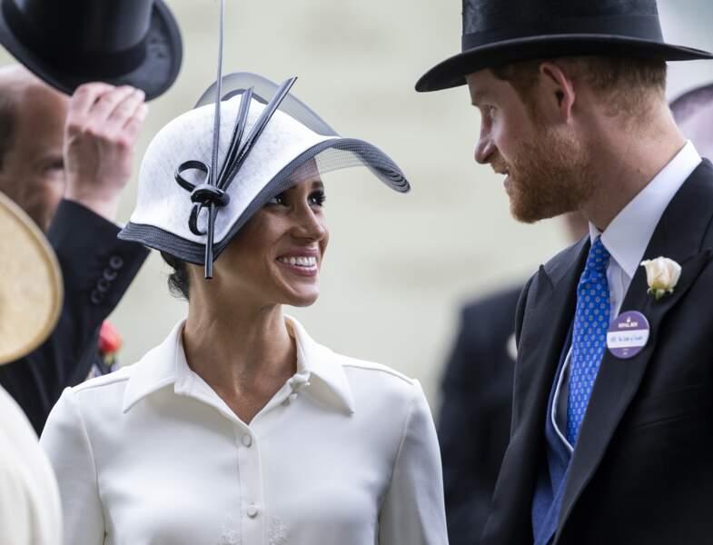 Meghan Markle est en robe Givenchy et mise sur du blanc et noir et un chapeau pour assister aux courses hippiques à Ascot, le 19 juin 2018.