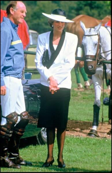 La princesse Diana lors d'une rencontre de polo en 1985, dans le même look graphique.