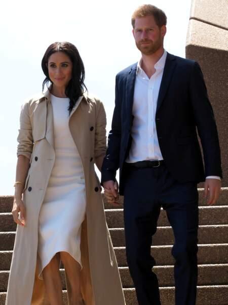 Le couple Royal arrivant à l'opéra de Sydney le 16 octobre 2018. Meghan Markle porte une robe blanche dans le même esprit signée Karen Gee.