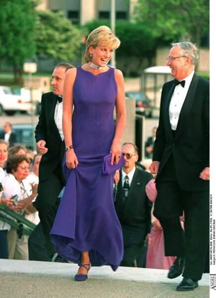 Lady Diana aimait porter des robes longues violette lors d'une soirée à Chicago.