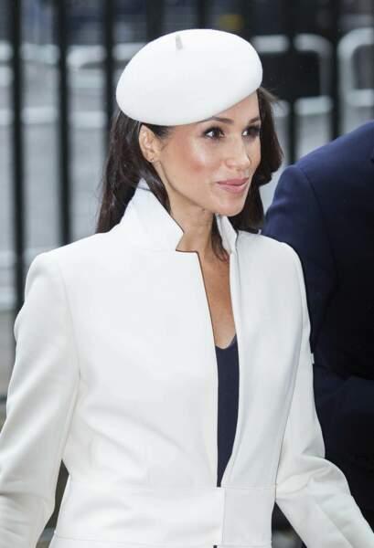 Meghan Markle aime aussi le style virginal comme ce manteau blanc signé Amanda Wakeley et un béret Stephen Jones à l'abbaye de Westminster en mars 2018.