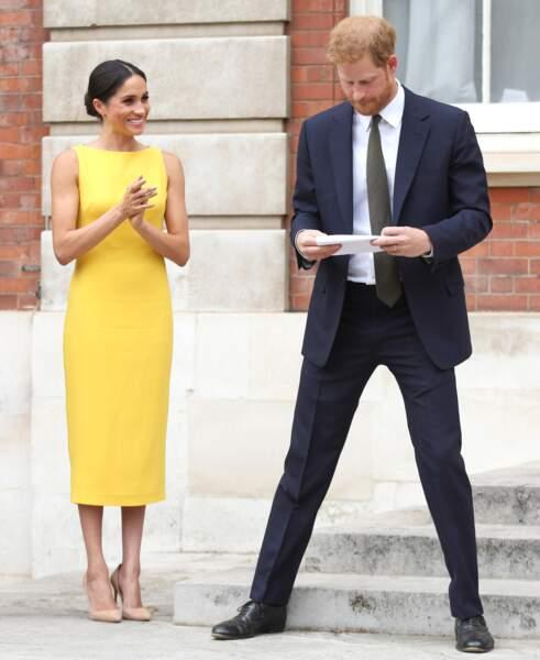 """Le 5 juillet 2018, Meghan Markle et le prince Harry assistaient à la réception """"Your Commonwealth Youth Challenge"""" au Marlborough House à Londres. Meghan Markle ose une robe jaune canari de Brandon Maxwell."""