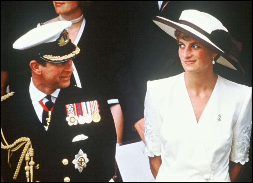 Lady Di est aux côtés de son époux, le prince Charles en 1994. Elle mise sur du blanc immaculé.