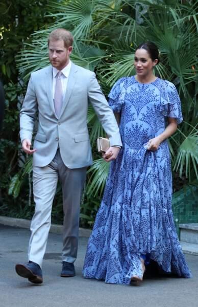Le 25 février 2019, la duchesse Meghan Markle porte une jolie robe longue bleue. Alors qu'elle est enceinte, elle rencontre le Roi du Maroc et son fils dans une résidence à Rabat.