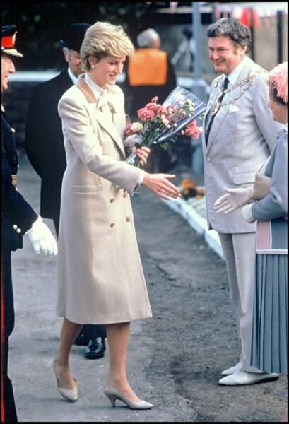 La ressemblance de Meghan Markle et de Lady Diana est troublante. La position et le contexte correspondent ainsi que leur long manteau beige.