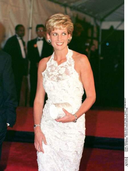 Lady Diana en robe de dentelle blanche nouée au cou en 1996 à Washington.