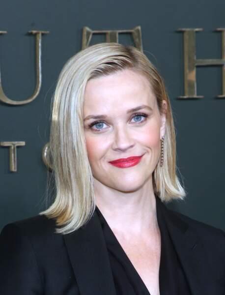 Reese Witherspoon varie les styles et joue aussi le glamour hollywoodien avec son carré blond lisse et légèrement wet.