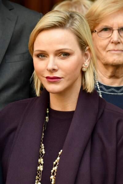La princesse Charlène de Monaco très chic avec un carré blond doré aux épaules qui souligne ses boucles d'oreilles Dior  le 18 décembre 2019.