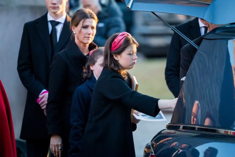 L'aînée Maud Angelica posant la main sur le cercueil de son père Ari Behn