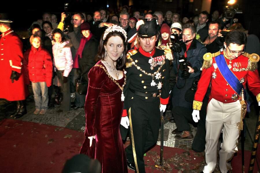 Mary du Danemark a porté cette robe pour la première fois le 31 décembre 2006 alors qu'elle était enceinte de son premier enfant.