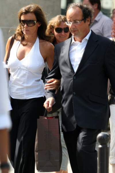 27 août 2009 : Valérie Trierweiler au bras de François Hollande.