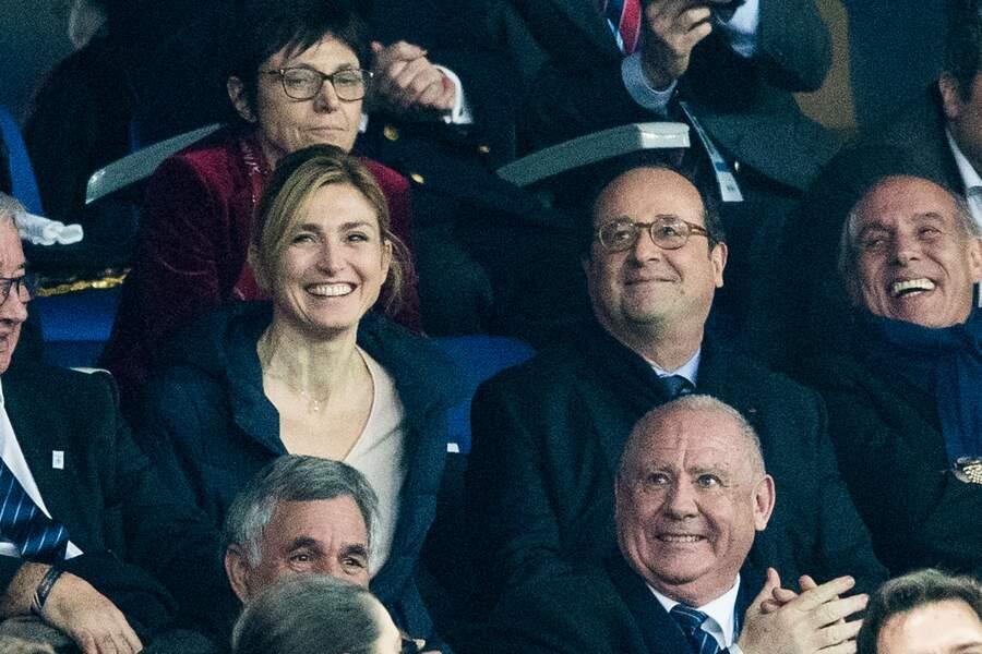 10 mars 2018 : Julie Gayet et François Hollande sont ensemble, sourire aux lèvres, au tournoi des six nations de rugby.
