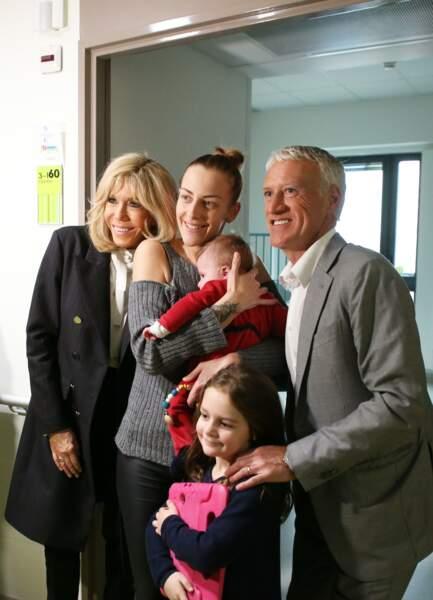Brigitte Macron, chic et tout sourire, n'a pas hésité à prendre la pose avec les enfants malades.