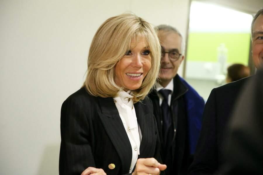 Brigitte Macron a opté pour un look classique en noir et blanc pour le lancement de la 31ème édition de l'opération Pièce Jaunes au Centre Hospitalier Régional d'Orléans le 8 janvier 2020.