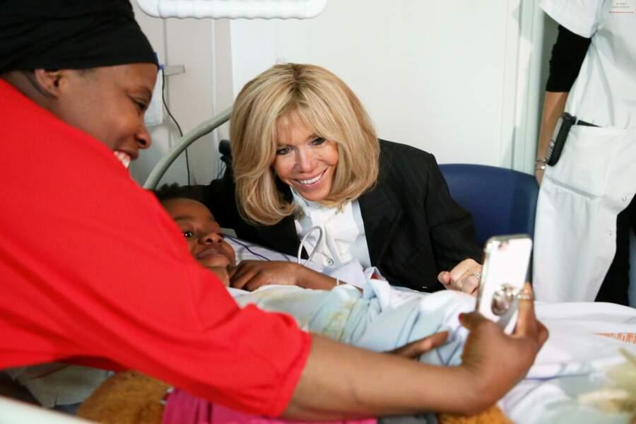 Brigitte Macron s'est prêtée volontiers au jeu des photos avec les familles à l'hôpital.