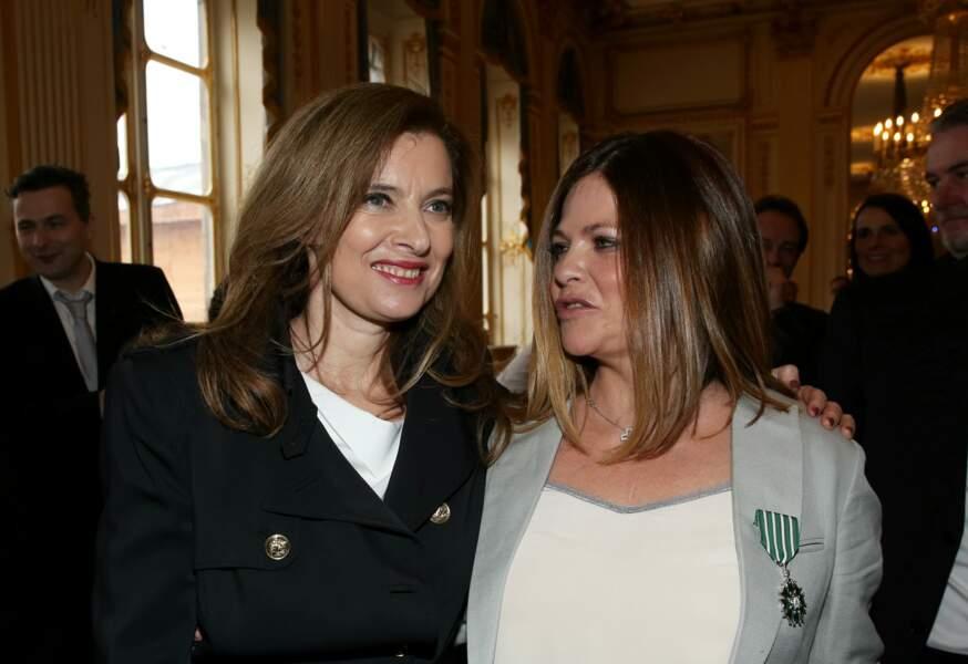 10 avril 2013 : Valérie TrierWeiler est accompagnée de Charlotte Valandrey le jour de la remise des médailles de l'Ordre des Arts et des lettres par la ministre de la Culture et de la Communication.