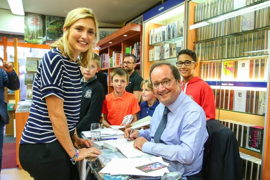 """Septembre 2018 : François Hollande faisait de nombreuses dédicaces pour son livre """"Les leçons du pouvoir"""", souvent en compagnie de Julie Gayet."""
