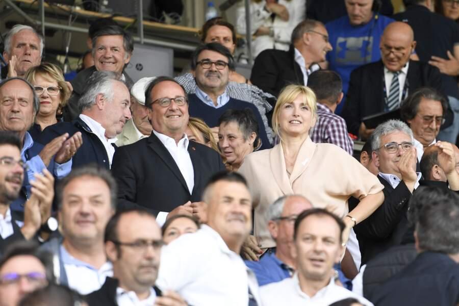 8 septembre 2019 : François Hollande et sa compagne Julie Gayet assistent au match de rugby du Top 14. La plupart des apparitions publiques du couple se passent lorsqu'il y a des matches de sports.