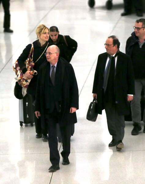 Novembre 2019 : François Hollande et sa compagne Julie Gayet arrivent à l'aéroport de JFK suite à la visite d'une école dans le quartier de Harlem à New York.