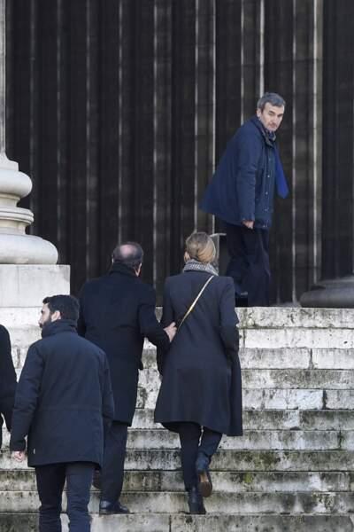"""9 janvier 2017 : François Hollande et Julie Gayet en route pour les obsèques de Johnny Hallyday à Paris. C'est un des premiers gestes """"tendres"""" que le couple laisse paraître au public."""