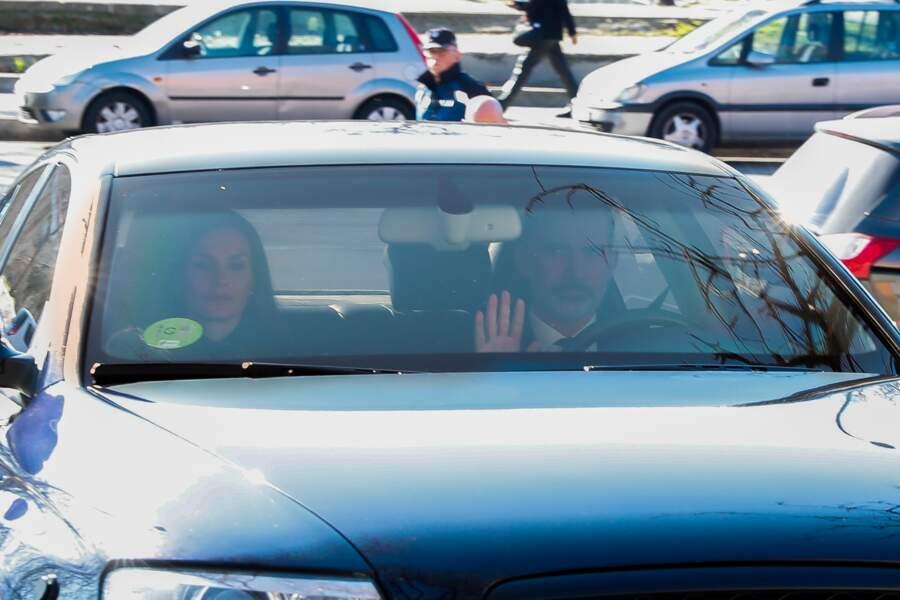 Son mari l'a imité au volant de leur voiture, mais semblait tout aussi submergé par l'émotion.