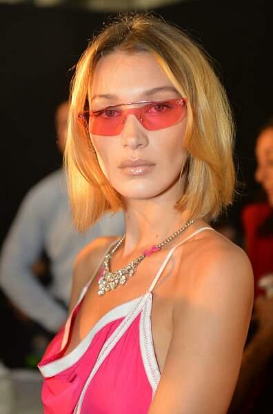 Carré long et blond pour Bella Hadid au défilé Off-White Collection « Meteor Shower » Prêt-à-Porter lors de la Fashion Week Printemps/Été 2020 de Paris.